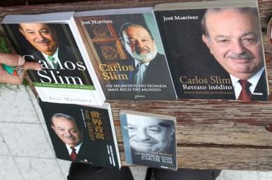 """Las distintas ediciones del libro """"Carlos Slim. Retrato Inédito"""" y """"Los secretaros del hombre más rico del mundo"""", que serán presentados en la 27 FUL que organizan la UAEH y su Patronato"""
