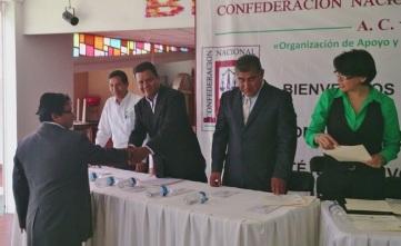 El presidente Rafael Barrientos entrega su nombramiento a Antonio García Hernández, como secretario de Acción Política