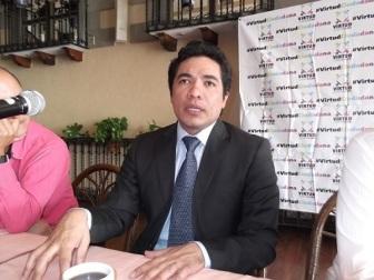 El dirigente de Virtud Ciudadana, Irak Vargas, pide al gobernador que modifique el formato de su tercer Informe de gobierno y que no sea frente a una cámara de televisión. Foto: Jorge Villa