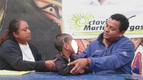 Los padres del niño Liborio, ahora de nueve años, muestran la herida de la operación; la bala permanece en su cabeza. Foto: Jorge Villa