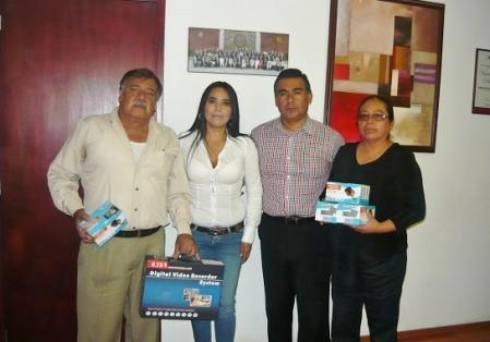 El diputado Octavio Martínez Vargas y  la tercer síndico Diana Méndez Aguilar entregan videocámaras a locatarios del mercado de Xalostoc. Foto: CSOMV
