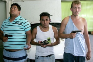 A los detenidos se les confiscaron dos armas de fuego, una calibre 22 y una .380, ocho celulares y dinero en efectivo, además del auto. Foto: SIR