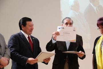 El presidente del Patronato de la UAEH, Gerardo Sosa Castelán fue el encargado de entregar la constancia de participación al autor