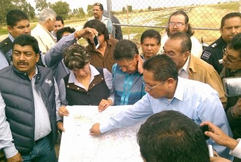 La alcaldesa Delfina Gómez Álvarez hizo un recorrido acompañada del diputado local, Higinio Martínez Miranda, por la autopista Peñón-Texcoco y por los terrenos que serían ocupados para el nuevo aeropuerto.  Fotos: CSRA