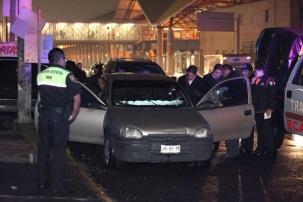 El presunto oficial del DF quedó sin vida en el auto tipo Chevy color arena, con placas LRK 85 35, a un costado de metro Ciudad Azteca. Foto: Reforma