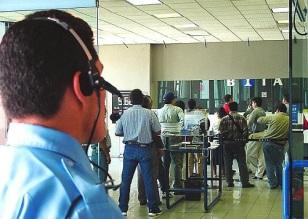 Los dueños de la banca privada cuentan con recursos financieros para contratar empresas de seguridad privada o Pública para resguardar a empleados y usuarios. Foto: Internet