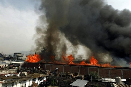 Los bomberos de Ecatepec fueron auxiliados por los de  Cuautitlán, Cuautitlán Izcalli, Tlalnepantla, Nezahualcóyotl, Tultitlán y Distrito Federal, y así en 3 horas lograron extinguir las llamas que alcanzaron varios metros de altura. Foto: Tomada de Reforma