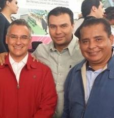 Israel Vergara con Pablo Basañez y Mario Enrique del Toro. Foto: Especial