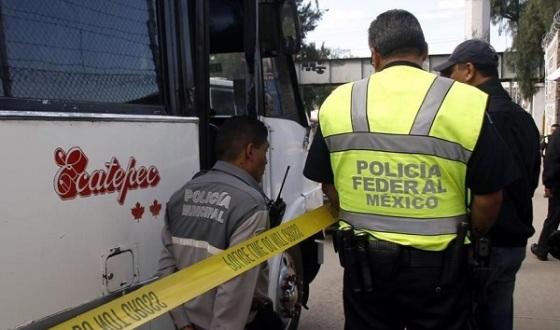 Policías señalaron que el chofer de la unidad, sin placas, huyó momentos después del asalto. Foto: Tomada de Reforma