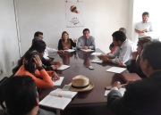 En las oficinas de Gobierno del Estado se llevó a cabo una reunión para conocer la versión de los vecinos y autoridades de las comunidades de Los Bordos y Hank González; al fondo escuchan las autoridades. Foto: Jorge Villa