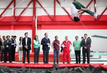Al centro, la alcaldesa de Tultitlán, Sandra Méndez Hernández y el gobernador del estado de México, Eruviel Ávila Villegas, observan ejecuciones sobre fosas de hule espuma. Foto: GEM