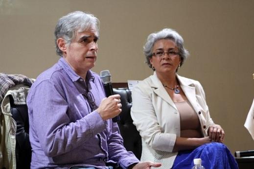 """Rafael Barajas """"El Fisgón"""", acompañado por la periodista Elsa Ángeles, durante la presentación de """"La Raíz Nazi del PAN"""" en la FUL. Foto: Difunet"""