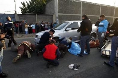 El cuerpo de la señora quedó finalmente atrapado debajo de un automóvil Chevrolet Astra, placas LXX-44-64, que circulaba en sentido opuesto. Foto: tomada de Reforma.com