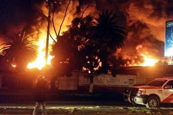 El fuego rápidamente consumió gran parte de la fábrica, por lo que las autoridades comenzaron a desalojar a los vecinos que habitan en hogares muy cercanas, sin que se reportaran heridos. Foto: Tomada de Reforma.com