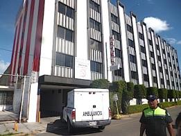 En una puerta de este hotel de la colonia Fuentes de San Cristóbal quedó el cuerpo sin vida de un hombre. Foto: Tomada de afondoedomex.com