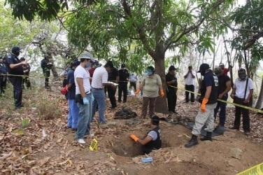 Buscando los cuerpos de los 43 normalistas de Ayotzinapa. Foto: Facebbok