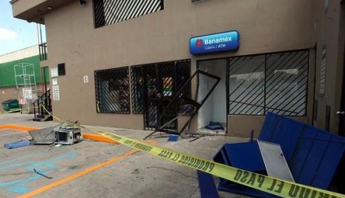 Hampones armados amagaron primero a los trabajadores para enseguida arrancar el cajero automático y huir. Foto: Tomada de Reforma.com