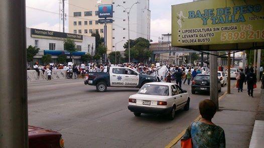 Los inconformes señalaron que bloquearon la vialidad debido a la indiferencia de las autoridades para resolver el problema escolar pues en días pasados se comprometieron a entregar el documento de liberación de la donación del predio. Foto: Roberto Acevedo