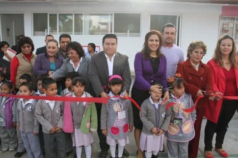 Se hizo entrega de baños en el jardín de niños Fuentes de Valle y en la primaria Agustín Tapia Miranda. Foto: C. S.