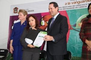 Quiero felicitar a los inventores, a los innovadores, felicidades, me siento muy orgulloso de ustedes, dijo el gobernador Eruviel Ávila a los premiados. Fotos: C. S.