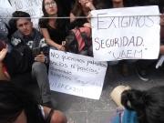 Los alrededor de 200 alumnos, de manera pacífica, con pancartas y coros demandaron al alcalde seguridad y alumbrado en su centro escolar y en la zona, ya que también los vecinos son víctimas de los delincuentes. Foto: Jorge Villa