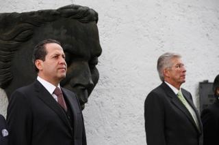 Eruviel Ávila destacó que el fallecido artista obtuvo infinidad de reconocimientos, entre ellos el Premio Nobel de las Artes y Tesoro Sagrado del Dragón por el gobierno japonés; a su lado, el secretario de Comunicaciones y Transportes,