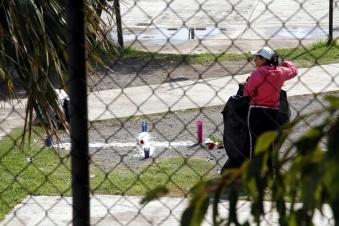 Compañeros y personal escolar colocaron unas flores yen el lugar en que cayó el mentor. Foto: Tomada de Reforma