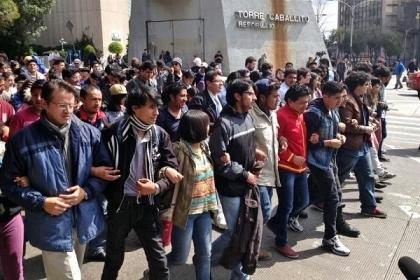 Participaron más de mil estudiantes de 69 escuelas, quienes además convinieron solidarizarse con los estudiantes de Veracruz que planean movilizarse en contra de los Juegos Centroamericanos, para exigir la presentación con vida de los 43 normalistas de Ayotzinapa. Foto: Tomada de Reforma.com