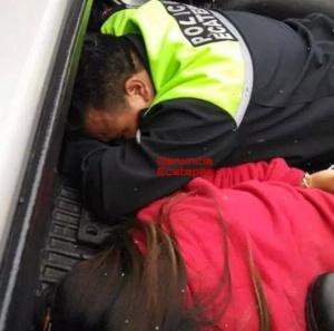 De nombre Carlos Santiago Delgadillo Cano, el hombre se identificó como policía municipal de Ecatepec; a un costa su presunta pareja. Foto: Facebook
