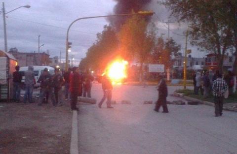 Colonos queman la patrulla