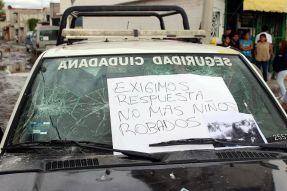 Cartulinas con leyendas alusivas a la desaparición de menores fueron colocadas en patrullas. Foto: Facebook
