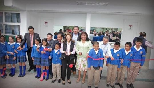 La alcaldesa Sandra Méndez en escuela primaria Estado de México, localizada en la colonia Fuentes del Valle, donde realizó la entrega de remodelación de sanitarios. Foto: C. S.