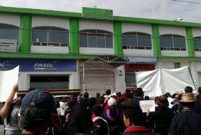 Los ciudadanos hicieron un alto en la Fiscalía de Homicidios, ubicada en la céntrica avenida Morelos, para exigir el esclarecimiento del asesinato de un joven al que intentaron quitarle su auto en un asalto. Foto: Milenio.com