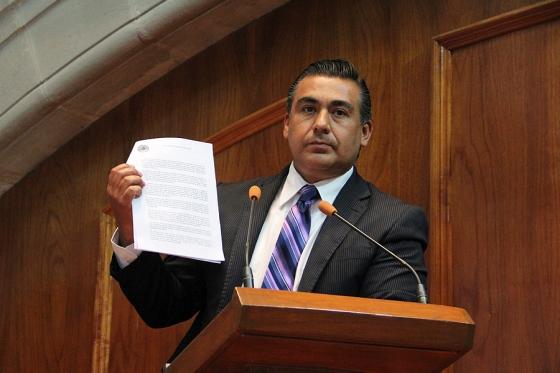 Consideró el legislador perredista Octavio Martínez que con esta acción, avalada por la mayoría priísta, se violan las Leyes de Reforma y el Estado Laico. Foto: CSPRD