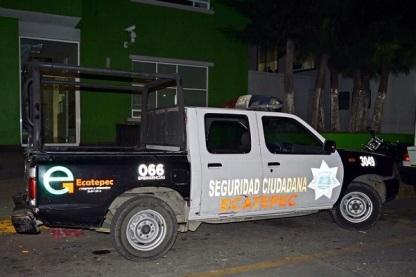 La unidad 3049 de la Policía y Tránsito Municipal de Ecatepec circulaba con los códigos apagados y realizaba una supuesta inspección, cuando los descubrió el