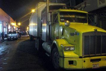 Los autos con reporte de robos seencontraban en este trailer, en la colonia Campestre Guadalupe. Foto:Tomada de Reforma.com