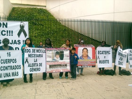 Afuera del Senado, sobre Paseo de la Reforma, 16 mujeres de la organización Solidaridad por las Familias caracterizaron a las mujeres asesinadas. Foto: RAM
