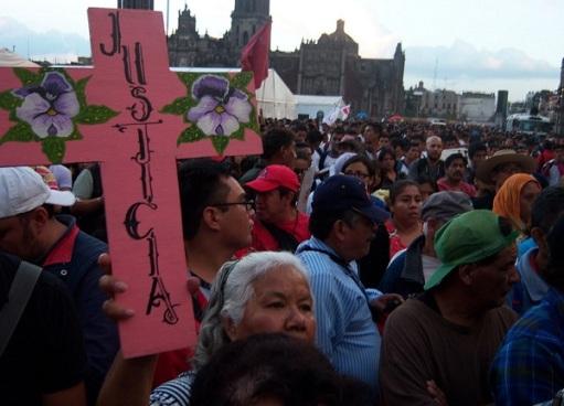 En la manifestación  en el Zócalo de la ciudad de México en protesta por los normalistas desaparecidos. Foto: José Antonio Guerrero Morales
