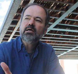 El narrador, cronista e intelectual mexicano Juan Villoro afirma que hay demasiados incentivos incomprensibles para tener automóvil, siendo éste el principal adversario de la ciudad. Foto: Difunet