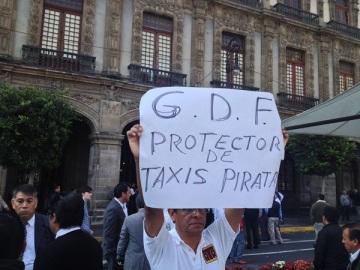 La cartulina dice todo el sentir de los taxistas que sufren con los funcionarios del GDF que los extorsionan y con quienes protegen a los piratas en sus seis modalidades