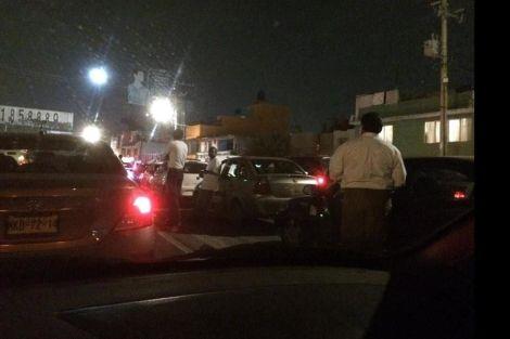 Conductores están en espera de que fluya el tráfico en esta imagen de twitter; los vecinos esperan que lleguen las autoridades de SAPASE