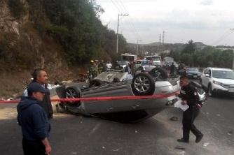 Avenida Jorge Jiménez Cantú a las 16:00 horas. El auto se impactó contra un muro de contención, brincó el camellón y cayó al carril del sentido contrario. Foto: Tomada de Reforma