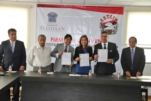 firma del Convenio de Prestaciones 2014 con el Comité Sindical de este municipio, celebrado en la sala de cabildo del palacio municipal. Foto: Especial