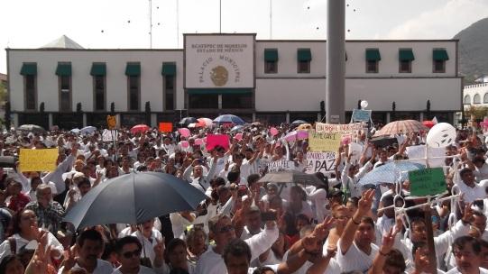 Con mantas y pancartas en que exigen no más homicidios, no más asaltos y freno a la violencia, y con fotografía de menores desaparecidas, caminaron desde la Casa de Morelos hasta esta explanada, frente a la presidencia municipal . Foto: Jorge Villa