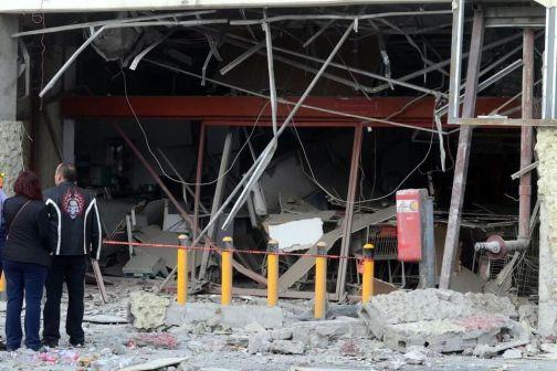 Al menos cinco negocios ubicados en una plaza comercial resultaron con severos destrozos a causa de la explosión. Foto: Tomada de Reforma
