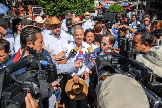 """El dirigente del Consejo Estatal de Organizaciones Ciudad de México Pepe Alcaraz García señaló que ésta es """"una caminata pacífica, simbólica, de 43 x 43 personas en marcha, cada una en representación de cada uno de los muchachos desaparecidos"""