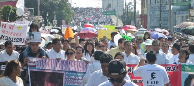 """Durante su discurso ya en la explanada municipal, el legislador se refirió entre otro asuntos públicos, a los 43 normalistas desaparecidos en Ayotzinapa y pidió que se castigue con cárcel a los responsables, """"sean del partido que sean"""". Foto: Mary Santiago"""