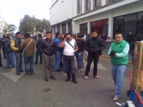 Por la mañana del viernes trabajadores del área de Normatividad acometieron a golpes contra los comerciantes; ya los esperaban. Fotos: Especial
