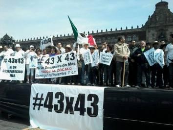 Mitin de #43x43 celebrado en el Zócalo capitalino, desde donde lanzaron una invitación para construir un padrón nacional de desaparecidos e integrar una agenda ciudadana con el apoyo de todas las asociaciones civiles que ya trabajan para construir un México mejor.  Fotos: Difunet
