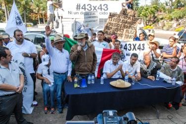 """Javier Sicilia hizo hincapié en que esta caminata es """"una manifestación hacia el gobierno que está coludido con el crimen organizado, por los jóvenes, pues la mayor parte de los asesinados, desaparecidos, estudiantes y los cuerpos en fosas e, incluso, los sicarios que alquila el crimen organizado son jóvenes""""."""